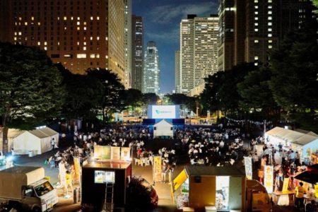 西新宿の高層ビル群の夜景をバックに、巨大スクリーンで映画鑑賞 7月24日~27日屋外シアターイベントを開催
